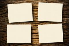Documenten op hout stock afbeeldingen