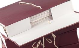 Documenti cartacei impilati in archivio su bianco fotografia stock