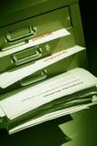 Documenti che si gonfiano da un armadietto di riempimento Immagini Stock Libere da Diritti