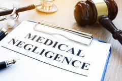 Documenti circa negligenza medica su una tavola immagini stock libere da diritti