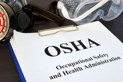 Documenti con la Occupational Safety and Health Administration l'OSHA fotografie stock libere da diritti