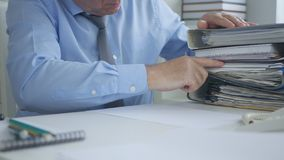Documenti dell'archivio di contabilità di Image Work Sorting dell'uomo d'affari fotografia stock libera da diritti