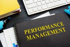 Documenti della gestione delle prestazioni su una tavola fotografie stock libere da diritti