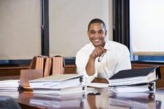 Documenti della lettura dell'uomo d'affari dell'afroamericano Fotografie Stock Libere da Diritti
