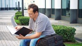 Documenti della lettura dell'uomo di affari di medio evo archivi video