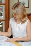 Documenti della lettura della donna Fotografia Stock