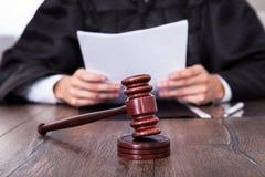 Documenti della tenuta del giudice Immagine Stock