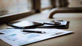 Documenti di affari con crescita dei grafici Fotografie Stock Libere da Diritti