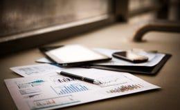 Documenti di affari con crescita dei grafici Fotografie Stock