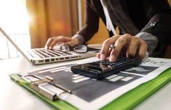 Documenti di affari sulla scrivania fotografia stock libera da diritti