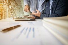 Documenti di affari sulla tavola dell'ufficio con il computer portatile e la tavola digitale immagine stock libera da diritti