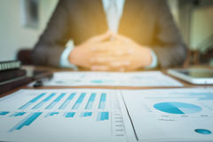Documenti di affari sulla tavola dell'ufficio con il diagramma finanziario del grafico immagine stock libera da diritti