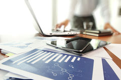 Documenti di affari sulla tavola dell'ufficio con lo Smart Phone immagine stock