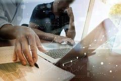 Documenti di affari sulla tavola dell'ufficio con lo Smart Phone Fotografie Stock Libere da Diritti