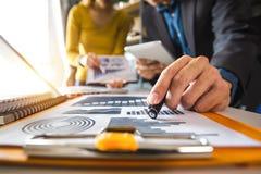 documenti di affari sulla tavola dell'ufficio con lo Smart Phone e compressa digitale e grafico fotografia stock