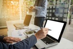 Documenti di affari sulla tavola dell'ufficio con lo Smart Phone e digitale fotografia stock