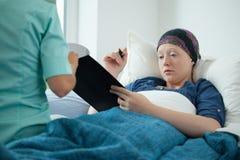 Documenti di firma della donna del Cancro Fotografie Stock