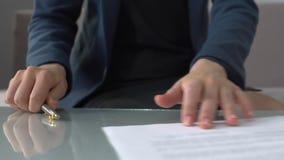 Documenti di firma di divorzio della donna, prendenti il primo piano di pagamento di assegno alimentare, diritto di famiglia stock footage
