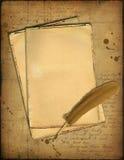 Documenti di Grunge e una piuma illustrazione di stock