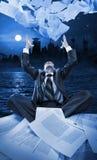 Documenti di lancio dell'uomo d'affari alla notte Fotografie Stock Libere da Diritti