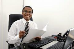 Documenti felici della lettura del contabile Immagini Stock