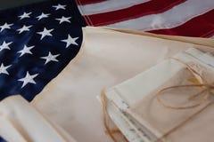 Documenti giuridici sistemati sulla bandiera americana Immagini Stock Libere da Diritti