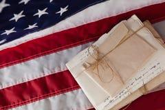 Documenti giuridici sistemati sulla bandiera americana Immagini Stock