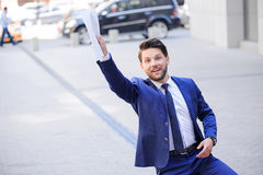 Documenti positivi della tenuta dell'uomo d'affari Immagine Stock