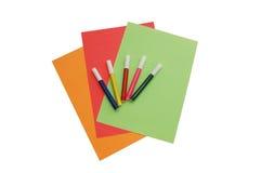 Documenti variopinti con cinque penne del feltro Fotografia Stock