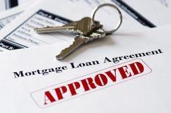Documento aprobado del préstamo de la hipoteca de propiedades inmobiliarias Imágenes de archivo libres de regalías