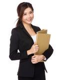 Documento asiático joven del fichero de tenencia de la mujer de negocios Fotografía de archivo libre de regalías