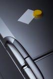 Documento in bianco sul portello del frigorifero fotografia stock libera da diritti