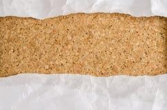 Documento blanco de la arruga sobre fondo del corcho stock de ilustración
