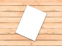 Documento blanco en blanco de la plantilla del aviador A4 sobre fondo de madera con tan Fotos de archivo