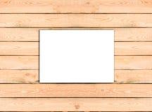 Documento blanco en blanco de la plantilla del aviador A4 sobre fondo de madera con tan Fotografía de archivo libre de regalías