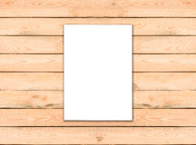 Documento blanco en blanco de la plantilla del aviador A4 sobre fondo de madera con tan Fotos de archivo libres de regalías