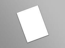 Documento blanco en blanco de la plantilla del aviador A4 sobre fondo gris con suavidad Foto de archivo libre de regalías