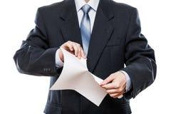 Documento cartaceo strappante della mano arrabbiata dell'uomo d'affari fotografia stock libera da diritti