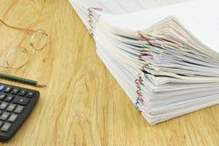 Documento con el lápiz y los vidrios de la calculadora Imagenes de archivo
