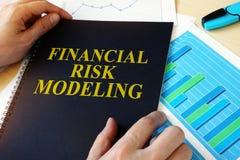 Documento con el modelado del riesgo financiero del título imagen de archivo