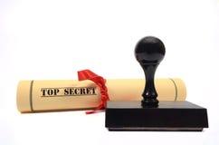 Documento de alto secreto y sello de goma en el fondo blanco Imagen de archivo libre de regalías
