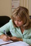 Documento de firma de la mujer seria Imágenes de archivo libres de regalías
