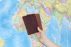 Documento de identidad en el fondo de un mapa geográfico fotos de archivo libres de regalías