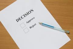Documento de la decisión sobre la tabla de madera Foto de archivo libre de regalías