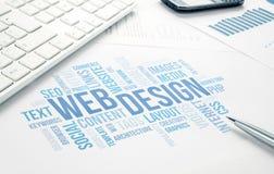 Documento de la impresión de la nube de la palabra del concepto del negocio del diseño web, teclado, imagen de archivo libre de regalías