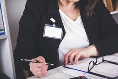 Documento de la mano de la mujer de negocios foto de archivo libre de regalías