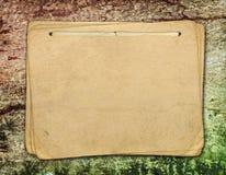 Documento de la vendimia sobre vieja textura de madera Imagenes de archivo
