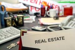 Documento de las propiedades inmobiliarias en el escritorio del agente inmobiliario Fotos de archivo