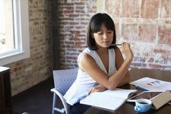Documento de Making Notes On de la empresaria en la sala de reunión Imágenes de archivo libres de regalías