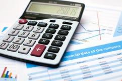Documento de negocio Calculadora datos de las finanzas Foto de archivo libre de regalías